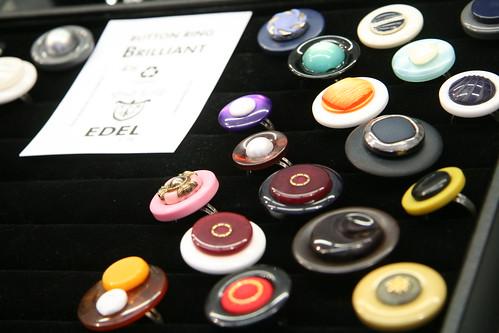 用鈕釦做成的漂亮戒指