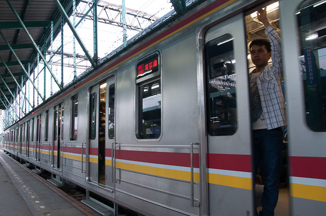 Jalur Saikyo COMMUTER Rapid di Stasiun Manggarai