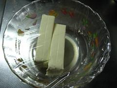 クリームチーズにレモン汁を加え、ラップをして電子レンジで加熱します