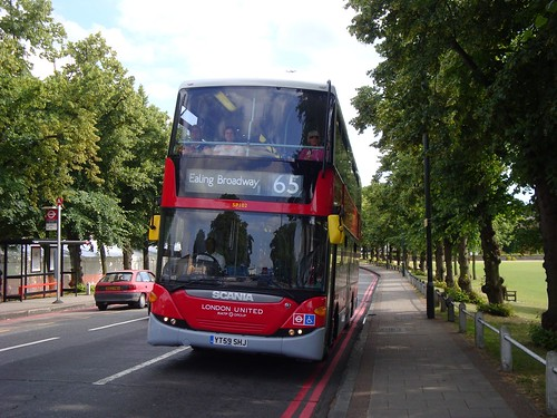 London United SP102 (YOTB/London United 2000s Livery) on Route 65, Kew Green