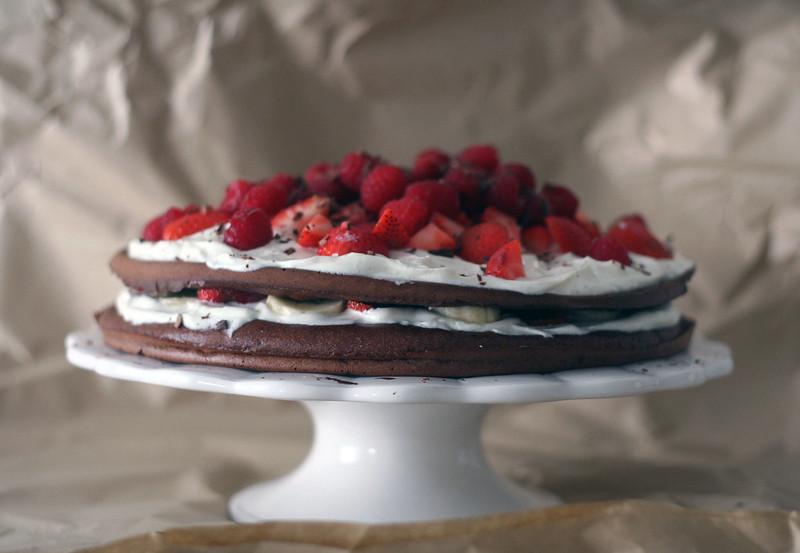 zwergenprinzessin backt: beeriger kakao-kuchen mit griechischen joghurt