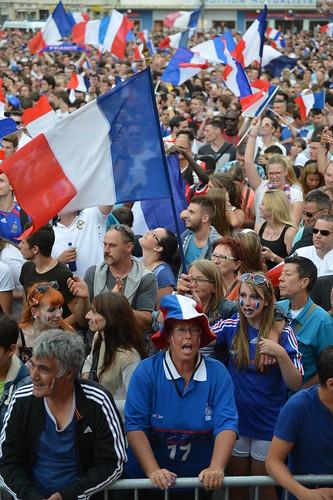 1/4 de finale : les Caennais soutiennent les Bleus place du théâtre
