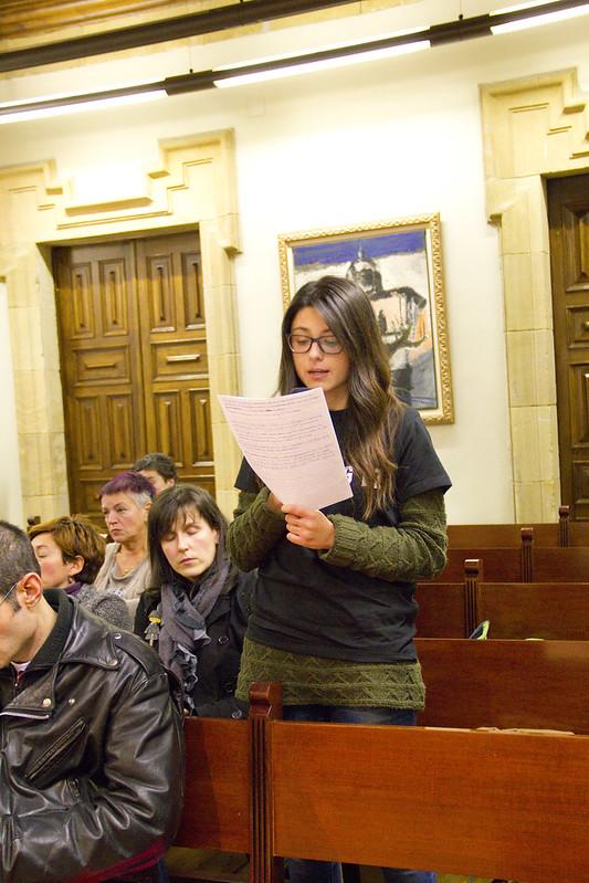 Imagen de una persona del público participando en un Pleno