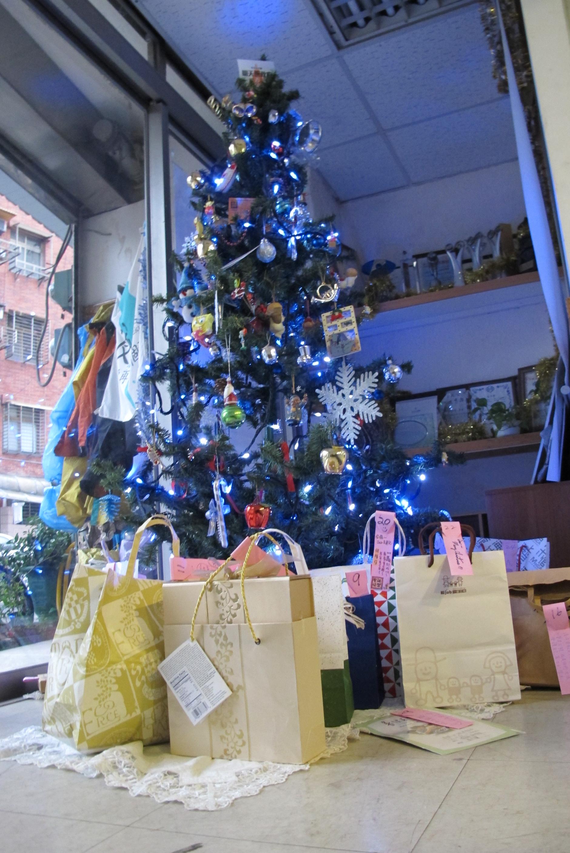 大家用心準備的聖誕交換禮物。包羅萬象