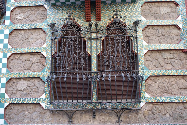 Ferronnerie et azulejos sur la façade du batiment