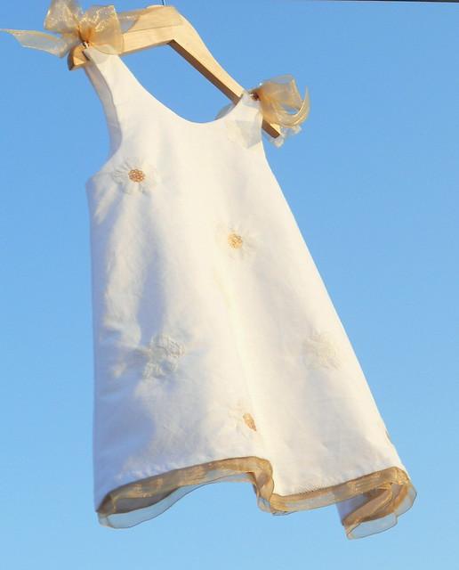 Vestido en lino blanco con detalles en organza dorada