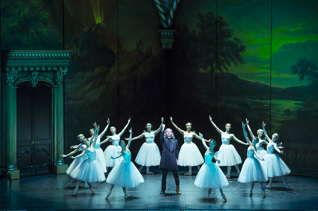 Erwin Schrott as Procida and dancers in Les Vêpres siciliennes © ROH / Bill Cooper 2013