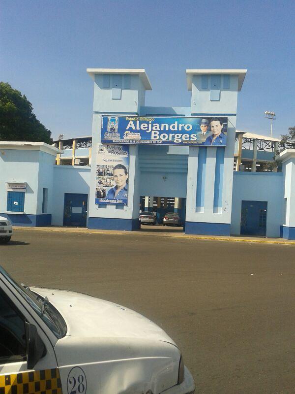 Alejandro Borges con propaganda política de Trejo de Rosales