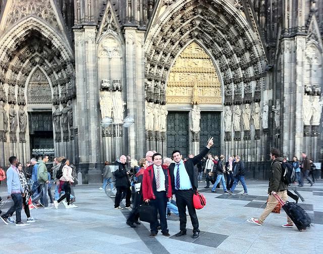 QUÉ HACER EN COLONIA: Con mi amigo y compañero de trabajo Luis, en frente de la catedral de Colonia. qué hacer en colonia - 11903266143 62bd83d8cc z - Qué hacer en Colonia, Alemania