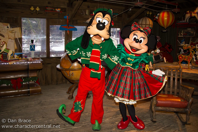 Meeting Elf Goofy and Christmas Minnie