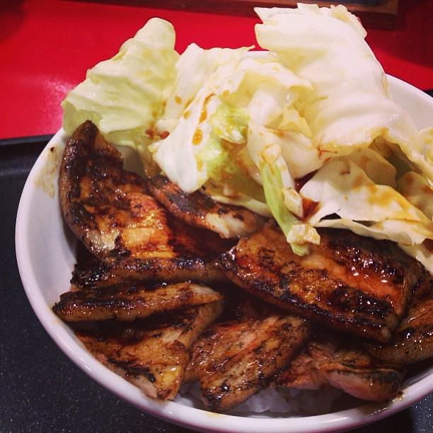 豚バラ丼、並で680円。味は良いので、立地と価格のハンデを克服できれば流行りそう。