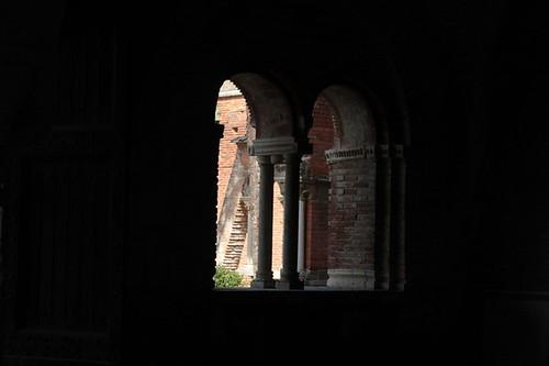 una finestra sul giardino esterno