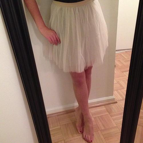 """从我的购物清单中勾选""""穿着芭蕾舞短裙""""。好吧。试穿#LOFT中的#00短裙,然后再回到商店。措施26""""腰围18.5""""长。底下有灰色球衣衬里,所以看不到。"""