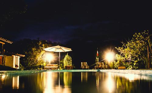 Pela noite, pela piscina