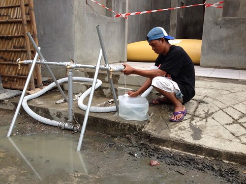 Accessing emergency water in Tacloban, Philippines