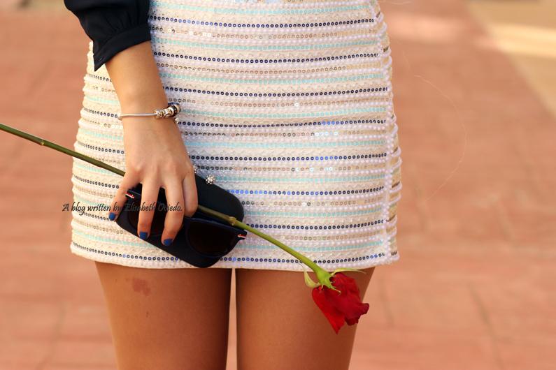 falda-blanca-con-lentejuelas-y-blusa-azul-HEELSANDROSES-(9)
