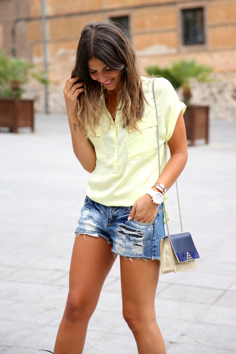 trendy_taste-look-outfit-street_style-ootd-blog-blogger-fashion_spain-moda_españa-yellow_blouse-camisa_amarilla-denim_shorts-shorts_vaqueros-sandalias_romanas-gladiators-mas34-folli_follie-6
