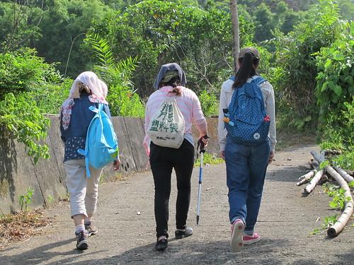 上海根與芽志工背著打倒萬惡塑料袋的綠背包