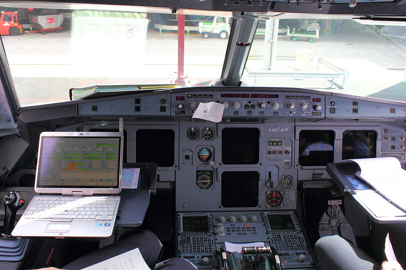 """Cockpit des Condor A320 """"D-AICC"""""""