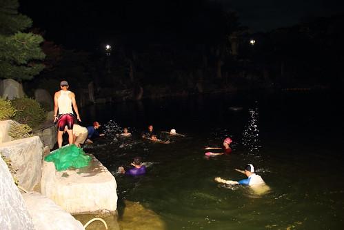 夜晚趕工清理月明湖