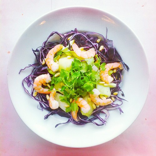 Fruits week, recipe n.7: White Melon, prawns, parsley, red cabbage, spring onions, pine nuts. Dressing: chilli infused olive oil, lemon juice, salt and pepper. #salad #fish #pescitarian #pescatarian #cabbage #prawns #parsley #melon