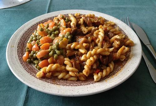 Gulasch mit Nudeln, Erbsen & Möhren / Goulash with pasta, peas & carrots