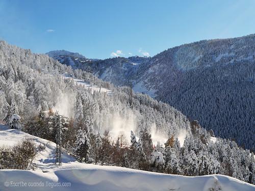 Montañas y árboles cubiertos de nieve en la estación catalana de Baqueria Beret