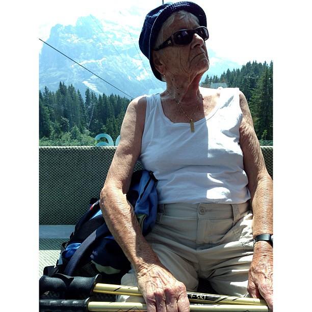 老婆婆的驕傲 /   這婆婆一個人登山, 在半山腰的纜車站進來跟我搭同一車
