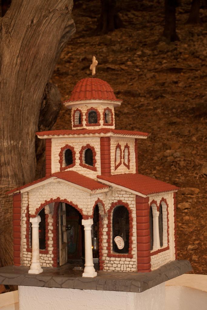 Такие мини-церкви здесь строят на обочинах дорог, где погиб человек. У нас ставят памятники, венки, а тут мини-церкви. Они бывают разных размеров и убранств: от 20 см до пары метров в высоту