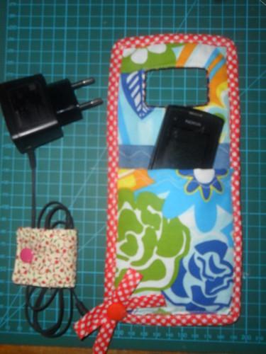 Porta carregador de celular fica tudo organizadinho!! by Coisando as Coisas by Clau