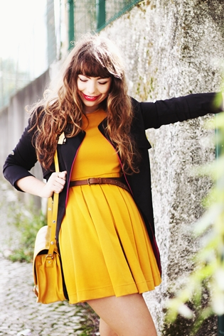 H&M yellow mustard dress, black blue pink lapel sheinside trench coat, home house wood handmade brooch under the shade of a bonsai tree, Zara yellow mustard bag satchel, Primark black bow flats, drawing dreaming blog, drawing dreaming outfit, Ester Durães, Portuguese fashion blogger