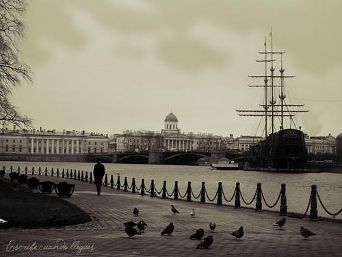 De paseo durante una tarde otoñal por la Fortaleza de San Pedro y San Pablo, en San Petersburgo