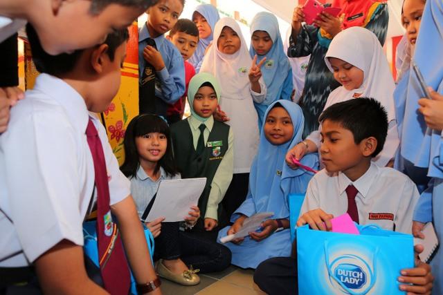 Mia Sara Interacting With Students Of Sk Bangsar