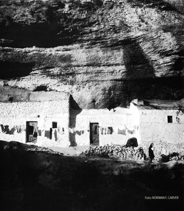 Ropa tendida en Las Cuevas de la Sombra. En los años setenta era habitual que la ropa se lavase en el río. Foto: NORMAN F. CARVER Más información en http://bit.ly/1p36KqH