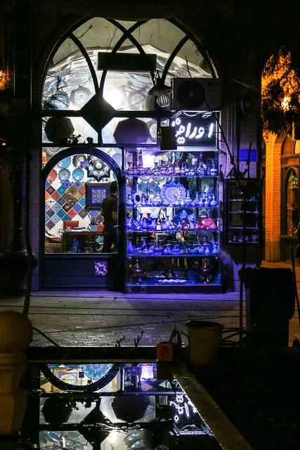 Souvenir shop at night, Isfahan イスファハン、夜のバザールの土産店