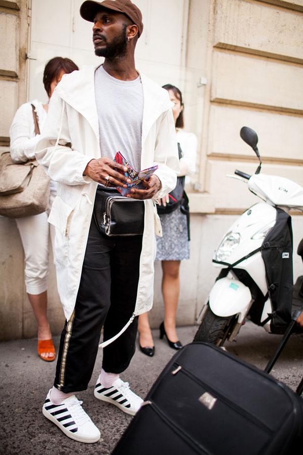ブラウンキャップ×白モッズコート×ライトグレーTシャツ×サイドライン黒パンツ×OFF-WHITEスニーカー