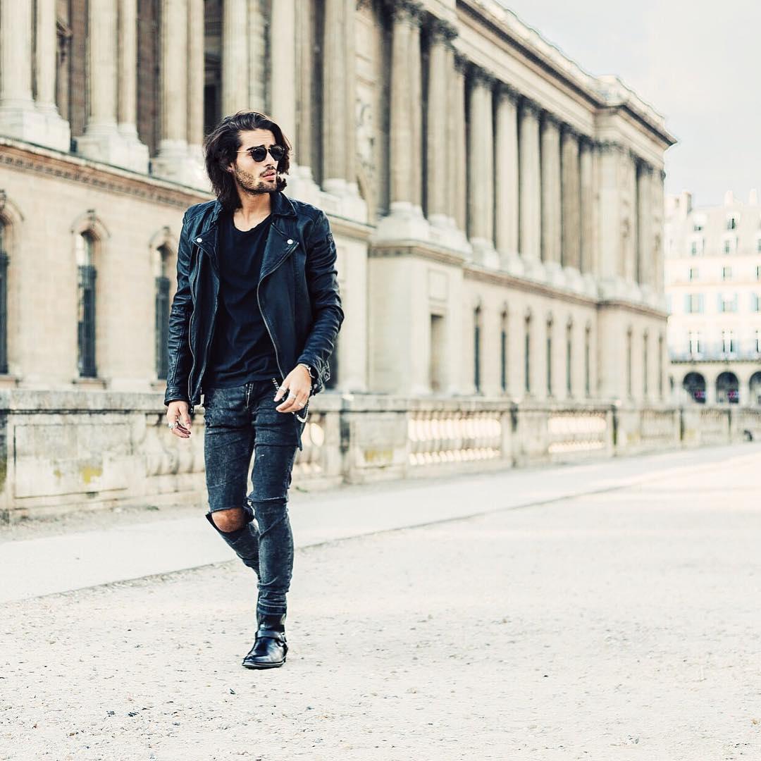 黒ダブルライダース×黒Tシャツ×ダメージブラックジーンズ×黒ブーツ