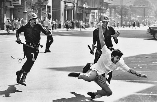 Jovem é perseguido por policiais durante uma manifestação estudantil na ditadura militar no Brasil - Créditos: Evandro Teixeira