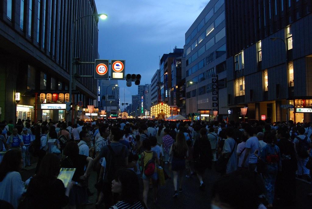 四条烏丸から見た祇園祭の群集