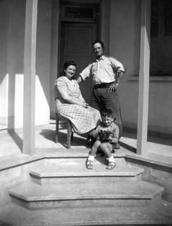 Maroc, avril 1947, dans la cour de la maison. Casablanca