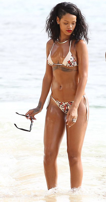 rihanna oiled down in bikini (13)