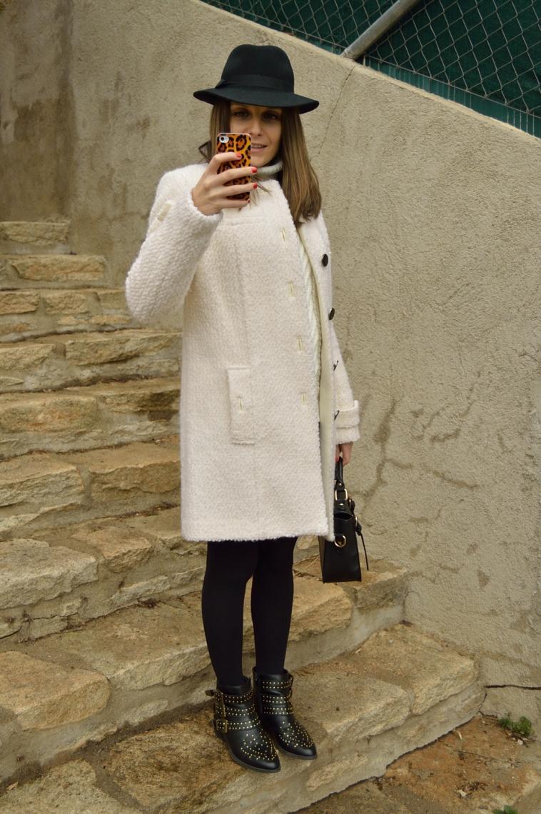 lara-vazquez-fashion-blogger-white-coat-chic-style-streetstyle-hat