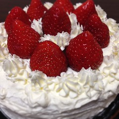 pavlova, cake, bavarian cream, buttercream, strawberry, baked goods, whipped cream, frutti di bosco, food, icing, dish, dairy product, dessert, cuisine, cream, mascarpone,