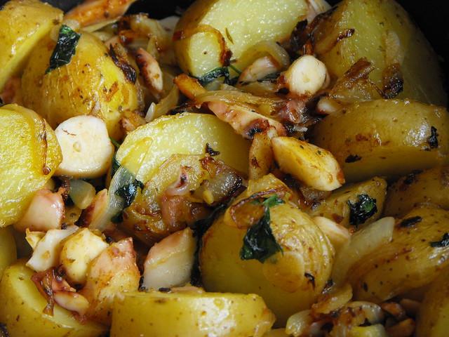Polvo com batatas salteadas