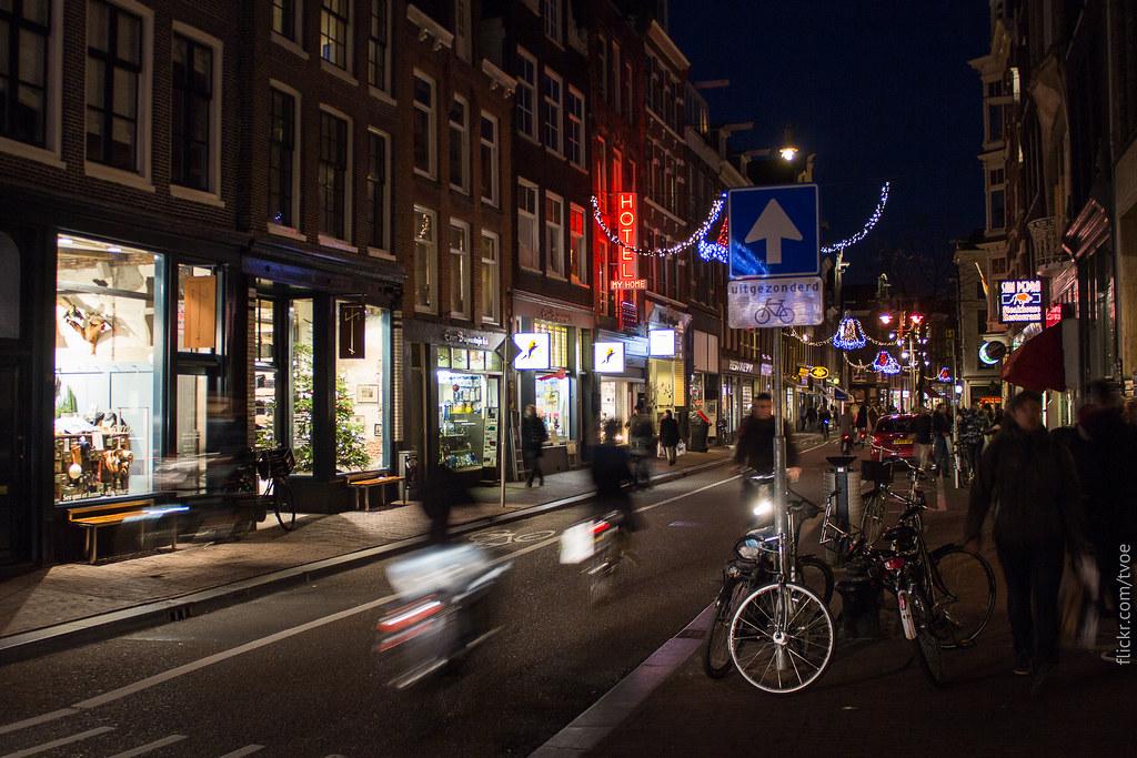 Улица Ньивендейк в Амстердаме.  Nieuwendijk