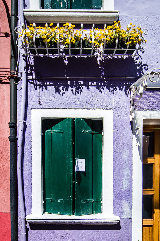 Pintura fresca, or wet paint, on one of Burano's colorful houses.