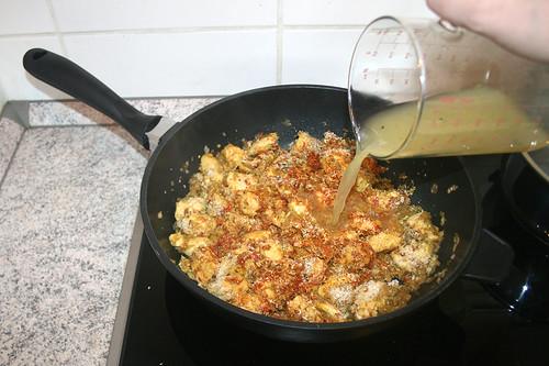 44 - Mit Hühnerbrühe ablöschen / Deglaze with chicken stock