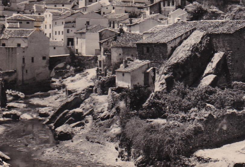 Imagen del río en 1968, antes de su encauzamiento, con el puente de Triana al fondo.