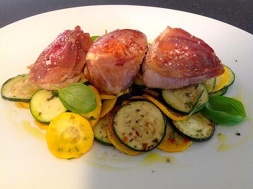 Low Carb - Gefüllte Schweinefilet Medaillon auf Zucchini Gemüse