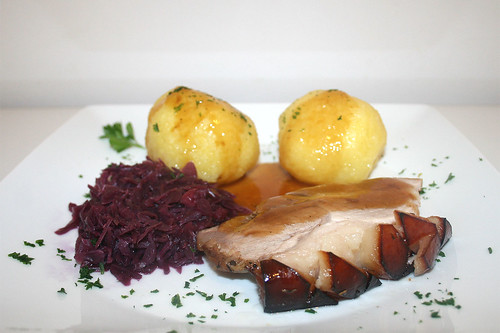 57 - Bayrischer Krustenbraten mit Rotkohl & Klößen - Seitenansicht / Bavarian prok roast with red cabbage & dumplings  Side view